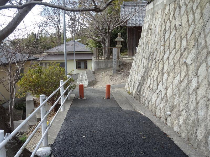大堂八幡神社へ向かう細い道