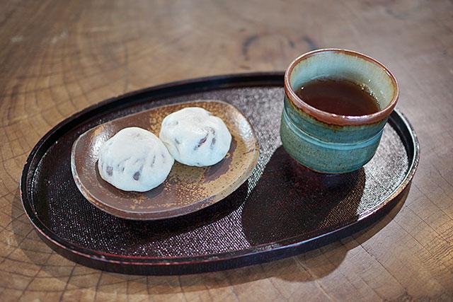 満月堂の豊助饅頭とお茶
